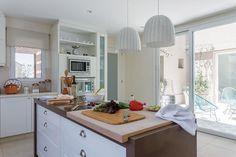 Una casa decorada para no pasar de moda Mesada de Silestone color crudo para el perímetro y marrón para la isla con tablón de madera removible (Di Cocina). Foto: Living / Daniel Karp