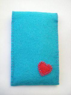 Funda de fieltro azul con corazón rosa (delantera)