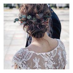 結婚式の花嫁さん向け、ウェディングドレスや和装に合う髪型、ヘアスタイルをロング・ミディアム・ショートボブの長さ別でご紹介♪ハーフアップやフルアップ、ダウンスタイル、編み込みから、ティアラや花冠を使ったヘアアレンジまで花嫁さんに人気の髪型画像2019年最新版をまとめました。 Hear Style, Wedding Styles, Wedding Hairstyles, Short Hair Styles, Hair Color, Bouquet, Bride, Wedding Dresses, Lace