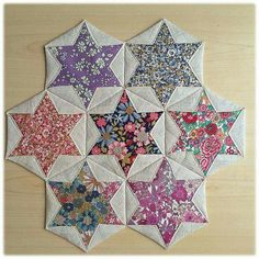 Folded Hexagon Stars Make a Pretty Table Mat - Quilting Digest - - Folded Hexagon Stars Make a Pretty Table Mat – Quilting Digest Quilt patterns Gefaltete Sechsecksterne machen eine hübsche Tischmatte – Quilting Digest Star Quilts, Mini Quilts, Quilt Blocks, Baby Quilts, Quilting Tutorials, Quilting Projects, Quilting Designs, Craft Projects, Patchwork Quilting