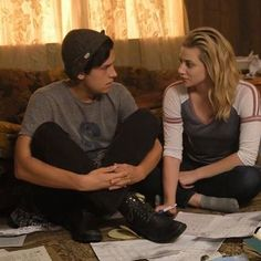 Lili Reinhart and Cole Sprouse in riverdales season 2 episode 4 Riverdale Season 1, Bughead Riverdale, Riverdale Memes, Riverdale Poster, Riverdale Archie, Betty Cooper, Alice Cooper, The Cw, Veronica