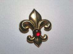 Vintage Fleur-de-lis Goldtone & Red Ruby Glass Cabochon Brooch