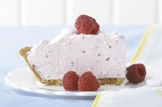 Blend fruity low-fat yogurt & whipped topping for this Frozen Yogurt Pie! Use a graham cracker crust for this refreshingly easy, no-bake Frozen Yogurt Pie. Köstliche Desserts, Frozen Desserts, Summer Desserts, Frozen Treats, Delicious Desserts, Dessert Recipes, Healthier Desserts, Yummy Food, Kraft Foods