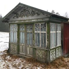 Varit ute på en fastighetsvärdering i ett gråmulet Småland idag. Fann till min överraskning att man hade sparat den gamla glasverandan, som skall renoveras till våren. #winquistantik #winquist_antik #swedishantiquedealer #byggnadsvård #glasveranda #småland #ödehus #gamlahus