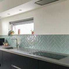 City half Tile seagreen zeegroen turquoise visgraat tegel 7,5 x 30 cm Kitchen Furniture, Kitchen Interior, Kitchen Rules, Küchen Design, Modern Kitchen Design, Beautiful Kitchens, Kitchen Backsplash, Home Kitchens, Kitchen Remodel
