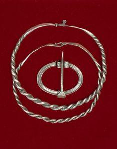 Halsringer og ringspenne av sølv. Skottestad, Hamarøy, Nordland. Fotoportalen UNIMUS