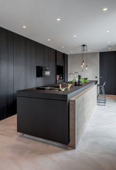 Zwart beits keuken gecombineerd met eiken hout - hoge kastenwanden op maat - www.demulderkeukensopmaat.nl