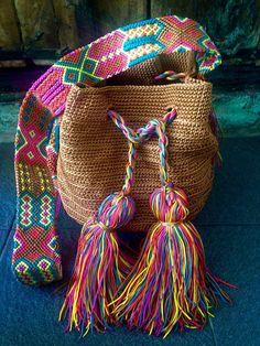 DESCRIPCION Este hermoso y unico Morral tejido a mano por Artesanos Mexicanos en zona Maya, se ha inspirado en la idea original de la bella bolsa Wayuu de Colombia y Venezuela. El increíbles diseño del Tejido de su Asa es típico de la zona y es 100% Mexicano, representativo de la ancestral y colorida Cultura Artesanal Maya. FOTOS DE LA PAGINA Los Modelos de las fotos son solo Muestras, los colores pueden no estar disponibles. IMPORTANTE SOLICITAR FOTOS DE NUESTRAS BOLSAS EN EXISTENCIA Por… Tapestry Bag, Tapestry Crochet, Boho Bags, Mini Purse, Embroidery Techniques, Embroidered Flowers, Hippie Boho, Hand Knitting, Purses And Bags