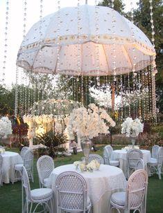 Crear una lluvia de cristales con una pieza central paraguas adornado como un tema del evento brillante, perfecto para una despedida de soltera o baby shower.