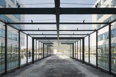glazen wandelgang - toegang in glas glass entrance - cutted glass - aorta AZ Alma symmetrical monsters