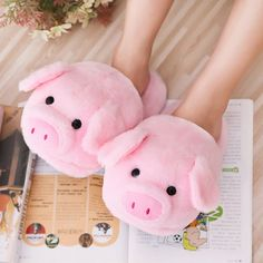 Winter Pink pig home slippers women's warm cotton drag plush.-Winter Pink pig home slippers women's warm cotton drag plush head mute non-slip slippers - Cute Slippers, Crocheted Slippers, Felted Slippers, Cooler Look, Cute Pigs, Fluffy Animals, Baby Animals, Little Pigs, Kawaii Girl