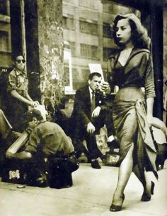 A Sexy girl walkin', Mexico City Circa 1950 Vintage Black Glamour, Vintage Beauty, Old Pictures, Old Photos, Groom Pictures, White Photography, Street Photography, Chola Style, Pin Up