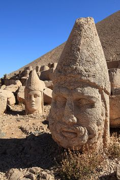 Nemrut Dagi (Turkia-Turkey) Estatuas cercade una tumba del siglo I a. C.