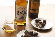 Whiskey selection with dark chocolate Selezione di whiskey con praline e cioccolato