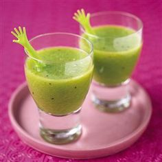 Kiwi, apple and mint juice recipe. A quick and tangy juice with oodles of vitamin C topped with fresh mint. Non Alcoholic Cocktails, Fun Drinks, Yummy Drinks, Healthy Drinks, Yummy Food, Beverages, Kiwi Juice, Juice Smoothie, Smoothie Recipes