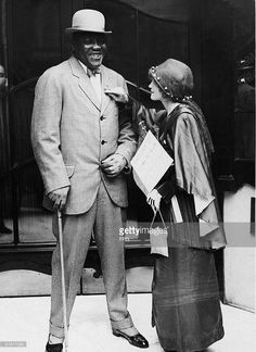 American boxer Jack Johnson - the world heavyweight champion, is tagged with a forget-me-not during a 'Tag Day' sales benefit of the flowers. Dodgers, Jack Johnson Boxer, American Boxer, Heavyweight Boxing, Female Poets, Chicago History Museum, Boxing History, Boxing Champions, Vintage Black Glamour