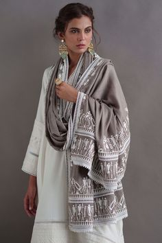 Fall linen drop kurta with pleating and delicate delicate detailing. Our beige pashmina mitla shawl is adorned with delicate leather work and can be worn in multiple ways. Indian Designer Outfits, Indian Outfits, Indian Dresses, Chic Outfits, Fashion Outfits, Bollywood Outfits, Dress Indian Style, India Fashion, Couture Collection