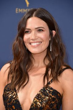 Emmys The Best Skin, Hair and Makeup Looks on the Red Carpet Mandy Moore at the 2018 Emmy Awards. Hottest Female Celebrities, Beautiful Celebrities, Boy Celebrities, Beautiful People, Beautiful Women, Katharine Hepburn, Diane Keaton, Zooey Deschanel, Kristen Bell