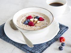 Bananen, Mandelmehl und Leinsamen vereinen sich mit Kokosnussmilch und Gewürzen zu einem cremigen Porridge. So möchtest du jeden Morgen in den Tag starten!