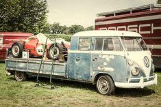Kunstwerk: 'Volkswagen Transporter pick up met een Porsche Formule racewagen' van Sjoerd van der Wal Volkswagen Transporter, Volkswagen Bus, Vw T1, Tiny Camper, Vw Camper, Vw Cars, Race Cars, Truck Store, Combi T1