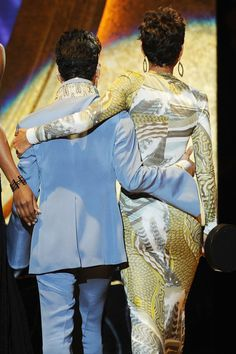 Prince and Halle Berry at the NAACP Image Awards in Prince presented Halle the award of Outstanding Actress in a Motion Picture. Prince Images, Photos Of Prince, Indiana, The Artist Prince, Paisley Park, Roger Nelson, Prince Rogers Nelson, Purple Reign, Ex Wives