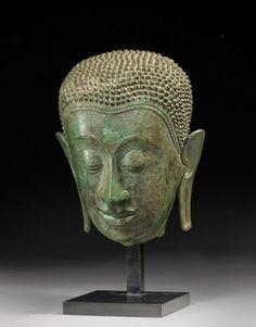 THAILANDE AYUTAHYA XVIème. Tête de Bouddha en bronze au visage à l'expression sereine. Socle en métal. Fin le 15/01