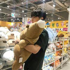 Oof I have the same exact bear in my room ,-, Cute Asian Guys, Cute Korean Boys, Korean Men, Asian Boys, Asian Men, Korean Ulzzang, Ulzzang Boy, Fun Park, Foto Top