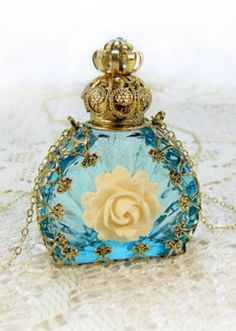 This is a lovely perfume bottle. Perfumes Vintage, Antique Perfume Bottles, Vintage Bottles, Blue Perfume, Fru Fru, Beautiful Perfume, Bottles And Jars, Glass Bottles, Vintage Perfume Bottles