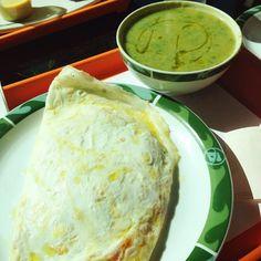 Sopa Detox do Bibi: abobrinha, couve, manjericão e alho poró. Pra complementar: omelete de muzzarela de búffala, tomate e orégano