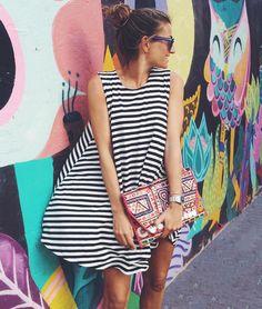 Robe marinière + pochette folk colorée = le bon mix (instagram Bartabac)