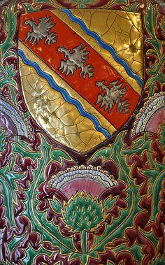 """Les symboles de la #Lorraine. Vase en émail (de Longwy ) avec 2 symboles de la Lorraine : le blason et le chardon. Concernant le blason, la légende raconte que les trois alérions qui composent le blason des ducs de Lorraine seraient dus à la formidable adresse de Godefroy de Bouillon qui, à la prise de Jérusalem, aurait réussi le tour de force d'embrocher en vol ces trois oiseaux d'une seule flèche. Quand au chardon c'est la devise régionale """"qui s'y frotte s'y pique"""". © Laurent Jung"""