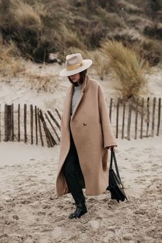 I've been meaning to capture the whole grandeur of the sea but this time during winter while wearing big coats and heavy layers for months. Mantel Styling, Fall Outfits, Fashion Outfits, Womens Fashion, Capsule Wardrobe, Mantel Outfit, Outfits Tipps, Looks Style, My Style