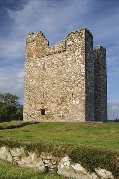 Audley's Field and Castle sitting on the shores of Strangford Lough provided the backdrop to Robb Starks' Camp during Season 2. It is also here where he first meets Talisa. | Jump into Northern Ireland – Game of Thrones Territory.