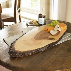 Bark Serving Board - From Lakeland Diy Cutting Board, Wood Cutting Boards, Wooden Platters, Wood Tray, Do It Yourself Einrichtung, Diy Wood Projects, Wood Crafts, Wooden Cheese Board, Wooden Boards