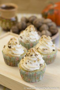 Homemade muffins with pumpkin filling, meringue and baked walnuts: http://www.briosedeacasa.ro/briose-dovleac-bezea-nuci/ / In Romana: briose cu dovleac, bezea si nuci coapte.