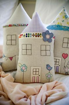 Cute little bird on the fence Fabric houses Fabric Crafts, Sewing Crafts, Sewing Projects, Diy And Crafts, Arts And Crafts, Sewing Pillows, Fabric Houses, Pin Cushions, Cottage Cushions