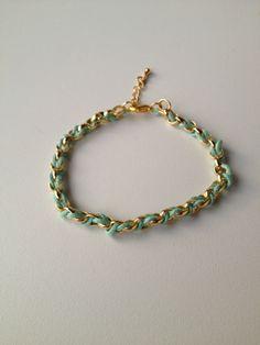 chain bracelet with baby green string pulseira de corrente dourada trançada com fio verde claro