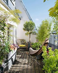 Best 12 Beautiful Small Balcony Garden Ideas In Apartments For Relaxation Balcony design with plants is a very simple and easy way to be able to have a small green garden that is cool and refreshing. Apartment Balcony Garden, Small Balcony Garden, Small Balcony Design, Small Terrace, Apartment Balcony Decorating, Apartment Balconies, Terrace Garden, Garden Spaces, Balcony Ideas