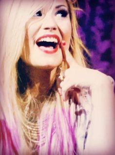 That smile xxxx ILY DEMI <3