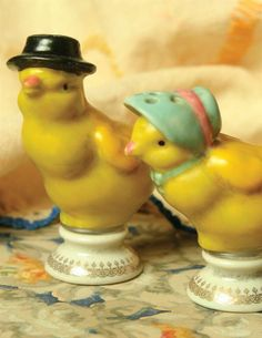 chick salt and pepper shakers Vintage Easter Fashion Fresh Chicken, Chicken Eggs, Farm Chicken, Easter Parade, Salt And Pepper Set, Vintage Easter, Vintage Holiday, Vintage Love, Vintage Style