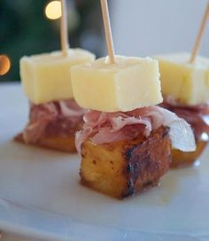 Christmas party food: Cheddar, ham and caramelised pineapple on sticks © Jo Romero. A cool way to eat cheese - wine and cheese Canapes Recipes, Appetizer Recipes, Snack Recipes, Cooking Recipes, Toothpick Appetizers, Yummy Appetizers, Appetizers For Party, Christmas Party Food, Christmas Buffet