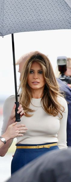 First Lady Melania Trump. So beautiful! So Elegant. Milania Trump Style, Melania Knauss Trump, Malania Trump, First Lady Melania Trump, Melania Trump Hair Color, Corte Y Color, Donald Trump, Beautiful People, Stylish