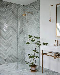 """Mad & Bolig on Instagram: """"En drøm af et badeværelse 🌿 Skru gerne op for mønstrene, hvis du vælger en flise i en afdæmpet farve som her. 📷: @ditteisager #madogbolig…"""""""
