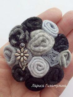 Yarn Flowers, Cloth Flowers, Diy Flowers, Ribbon Crafts, Flower Crafts, Fabric Crafts, Fabric Rosette, Fabric Brooch, Brooches Handmade