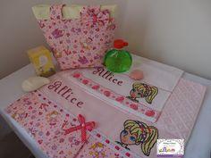toalha infantil bordada em ponto cruz...kit  bolsa e toalhas. Ateliê Paty Lima. Whatsapp  75 988749164
