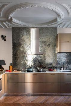 В Париже почти каждая квартира — это про искусство, творчество, историю, но нередко также и про яркие краски. Всё это есть в замечательных апартаментах рядом со знаменитой Оперой Гарнье — в основу их обновлённых интерьеров легла роскошная художественная лепнина на потолках и великолепные классические дверные рами. Наполняя пространства мебелью, дизайнер решил действовать смело — мягкая... Bertoia, Interior Architecture, Interior Design, Parisian Apartment, Bedroom Pictures, Grand Homes, Western Homes, House And Home Magazine, Interior Inspiration