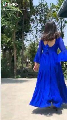 Simple Pakistani Dresses, Indian Gowns Dresses, Indian Fashion Dresses, Dress Indian Style, Indian Designer Outfits, Indian Outfits, Fancy Dress Design, Stylish Dress Designs, Designs For Dresses