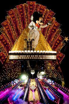 Spectro Magic Parade at Disney World ~ Orlando, Florida My favorite parade ever at Disney. Disney World Florida, Walt Disney World Vacations, Vacation Places, Disney Parks, Disney Dream, Disney Love, Disney Electrical Parade, Pixar, Disney Specials