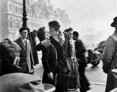 Robert Doisneau fotografió uno de los besos más famosos de la historia