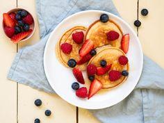 Panquecas de quark com salada de frutas - Frühstück Rezepte und Ideen - Delicious Pancakes Protein Breakfast, Healthy Breakfast Recipes, Fruit Pancakes, Snacks Sains, Brownie Desserts, Salty Cake, Savoury Cake, Mini Cakes, Clean Eating Snacks